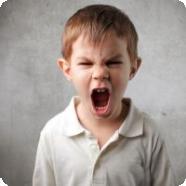 Ребенок привлекает внимание криком